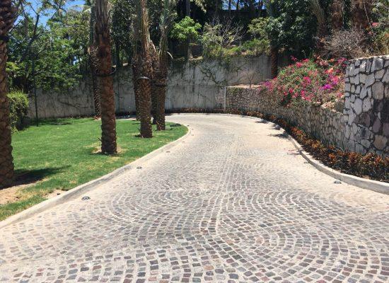 Obra de pavimentación a base de piedra pórfida.